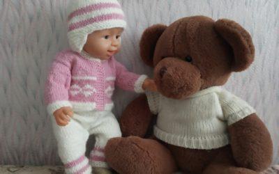 Вяжем шапочку спицами для куклы